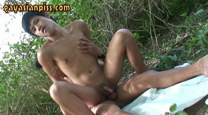 [GayAsianPiss] JUNGLE PISS – TWO TWINKS YUN & GOLF TAKE A DAY TRIP AND HAVE WET OUTDOOR ACTION
